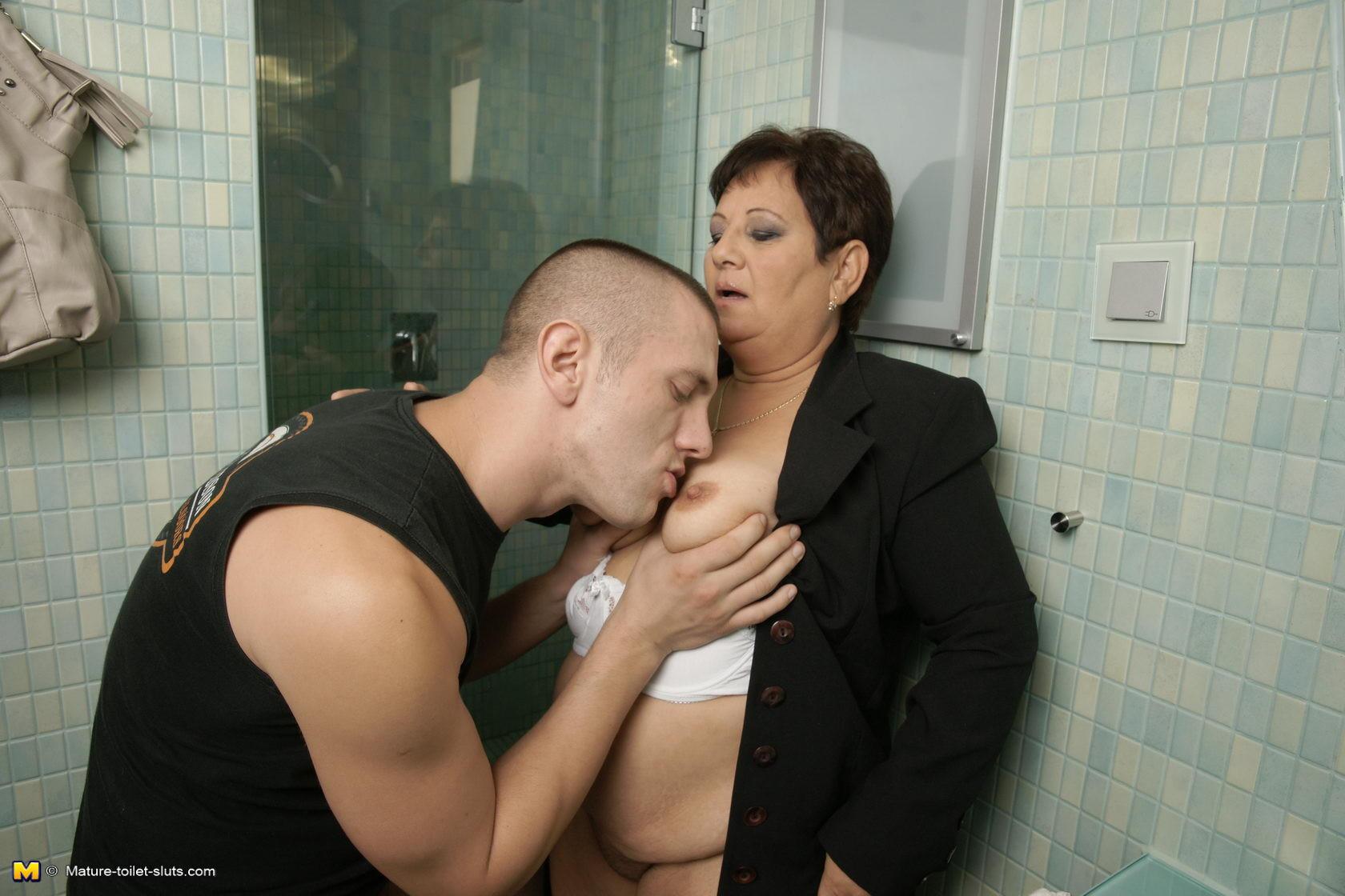 staruyu-trahnuli-v-tualete