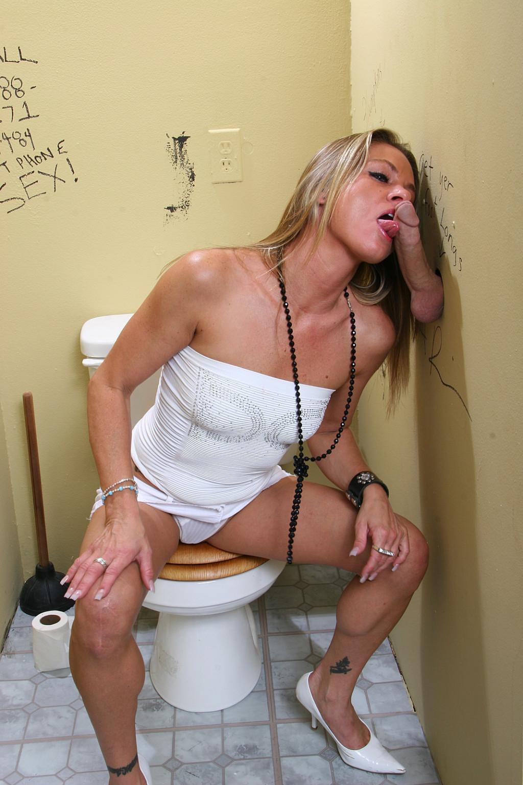 сосут фото туалете девушки в