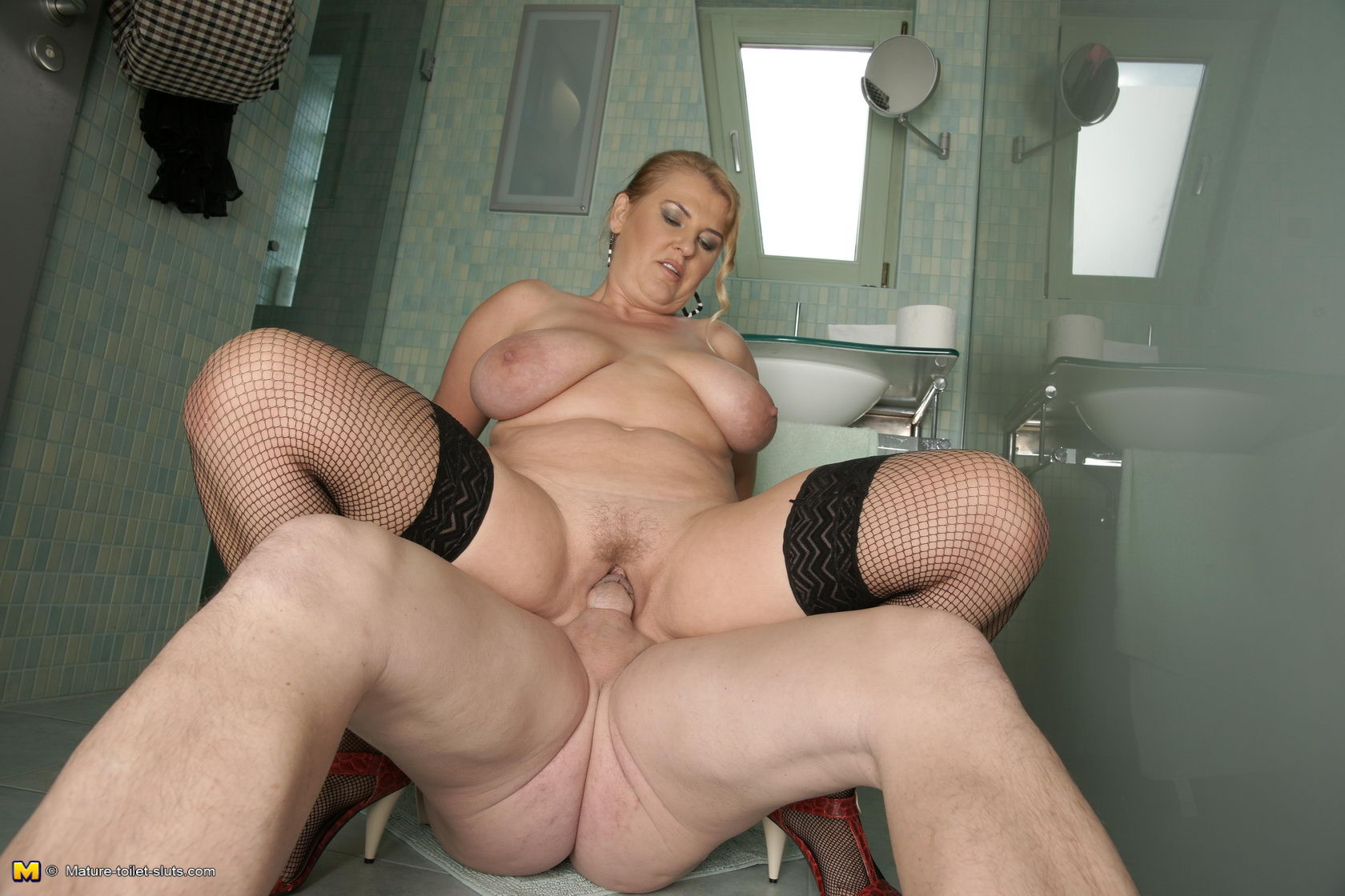 В туалете - Порно галерея № 3512762