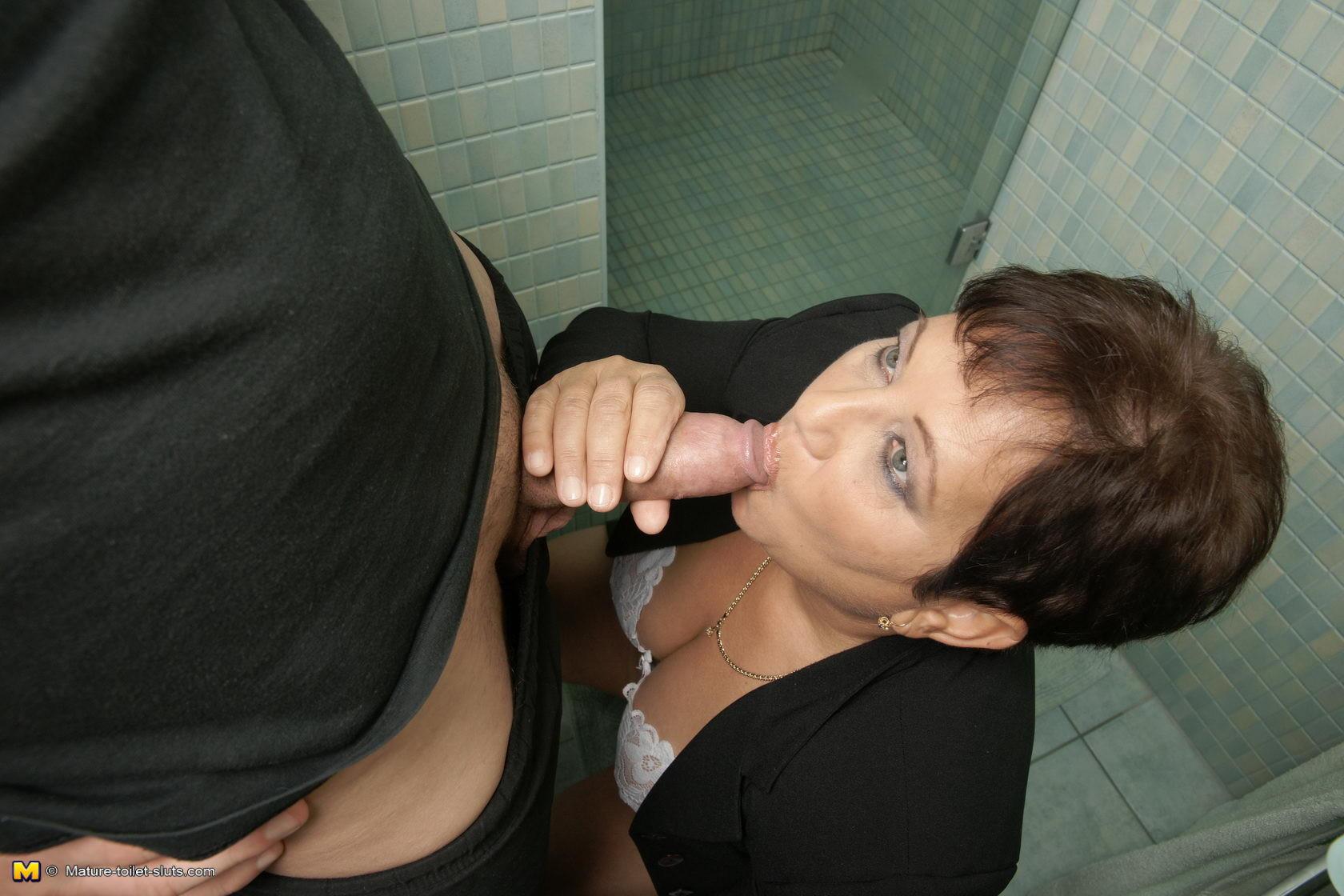 В туалете - Порно галерея № 3510966