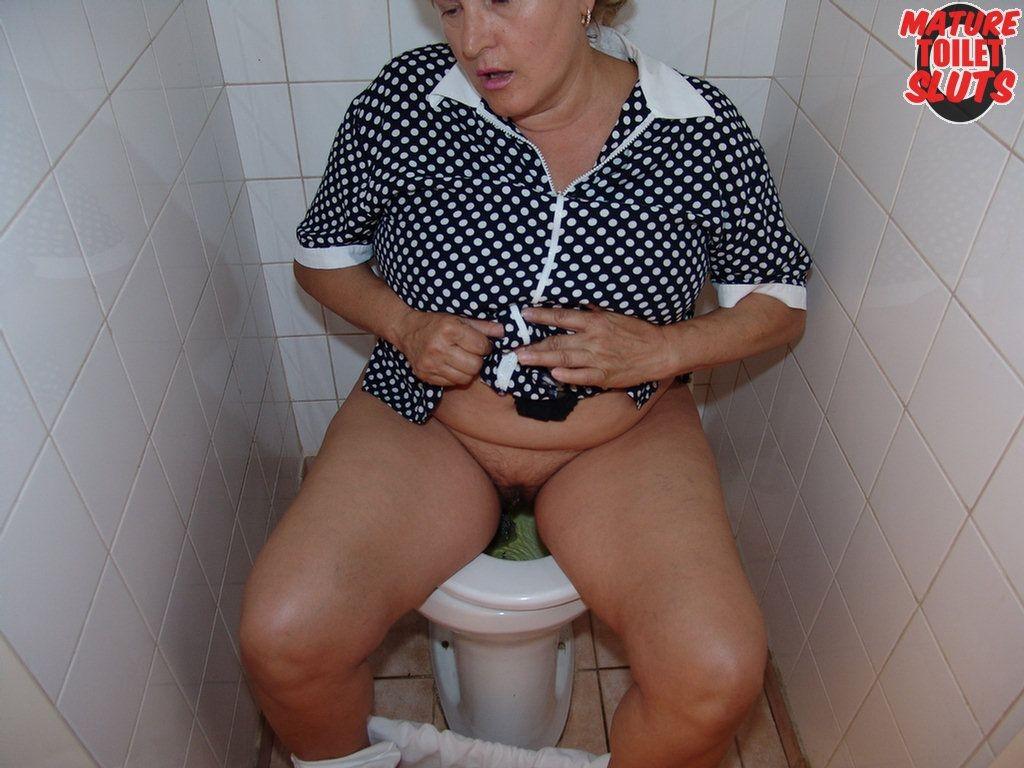 В туалете - Порно галерея № 3508722