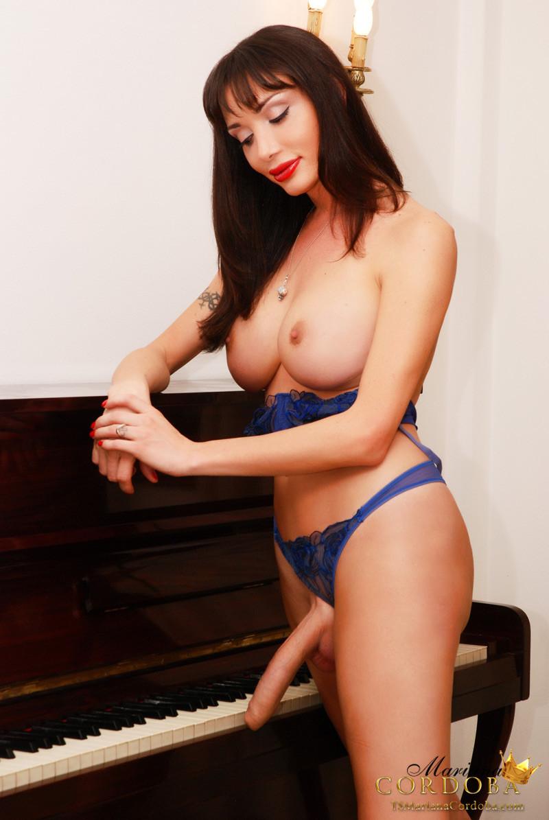 Транссексуал Mariana Cordoba вытащил могучий хуй возле пианино