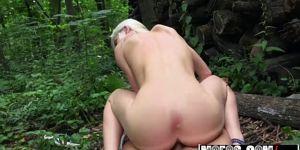 Блондинка с небольшой грудью занимается сексом в лесу