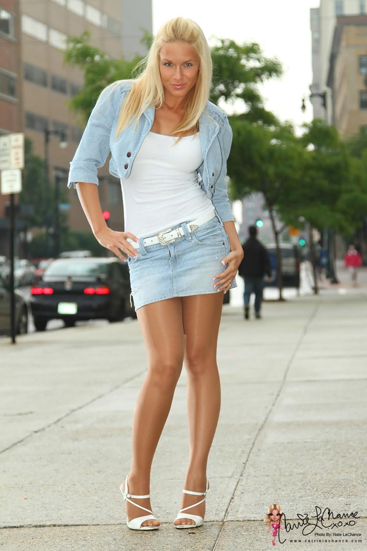 Стройная блондинка в мини юбке