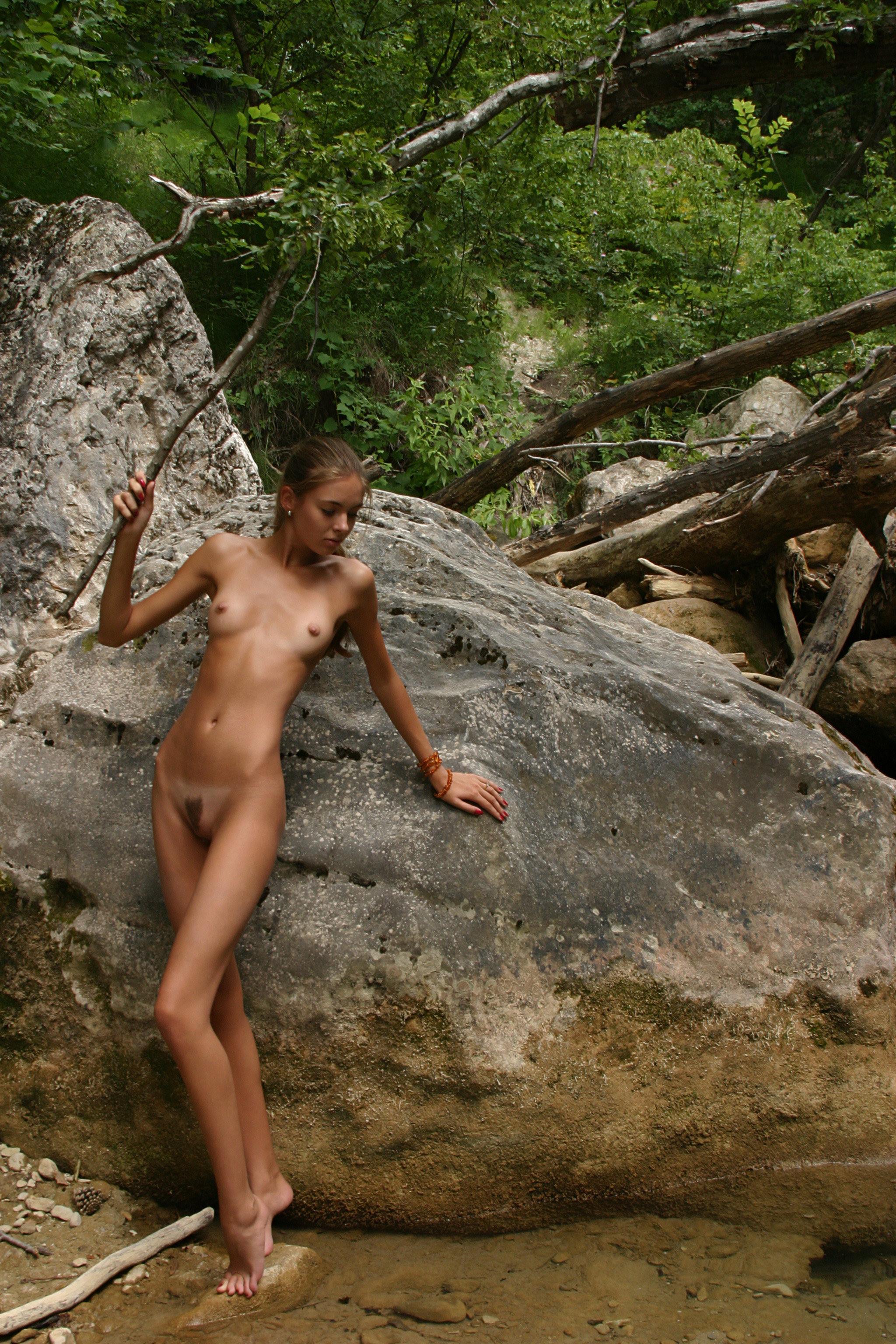 Голые телки в лесу