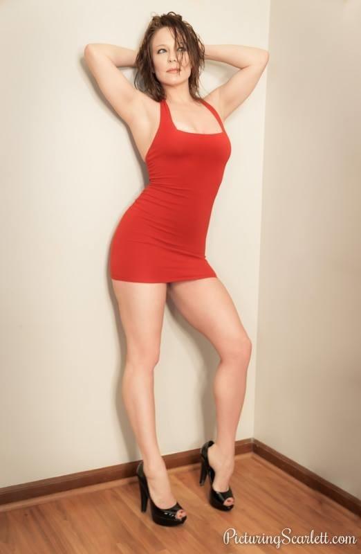 Скарлетт Мэдиссон в красном платье