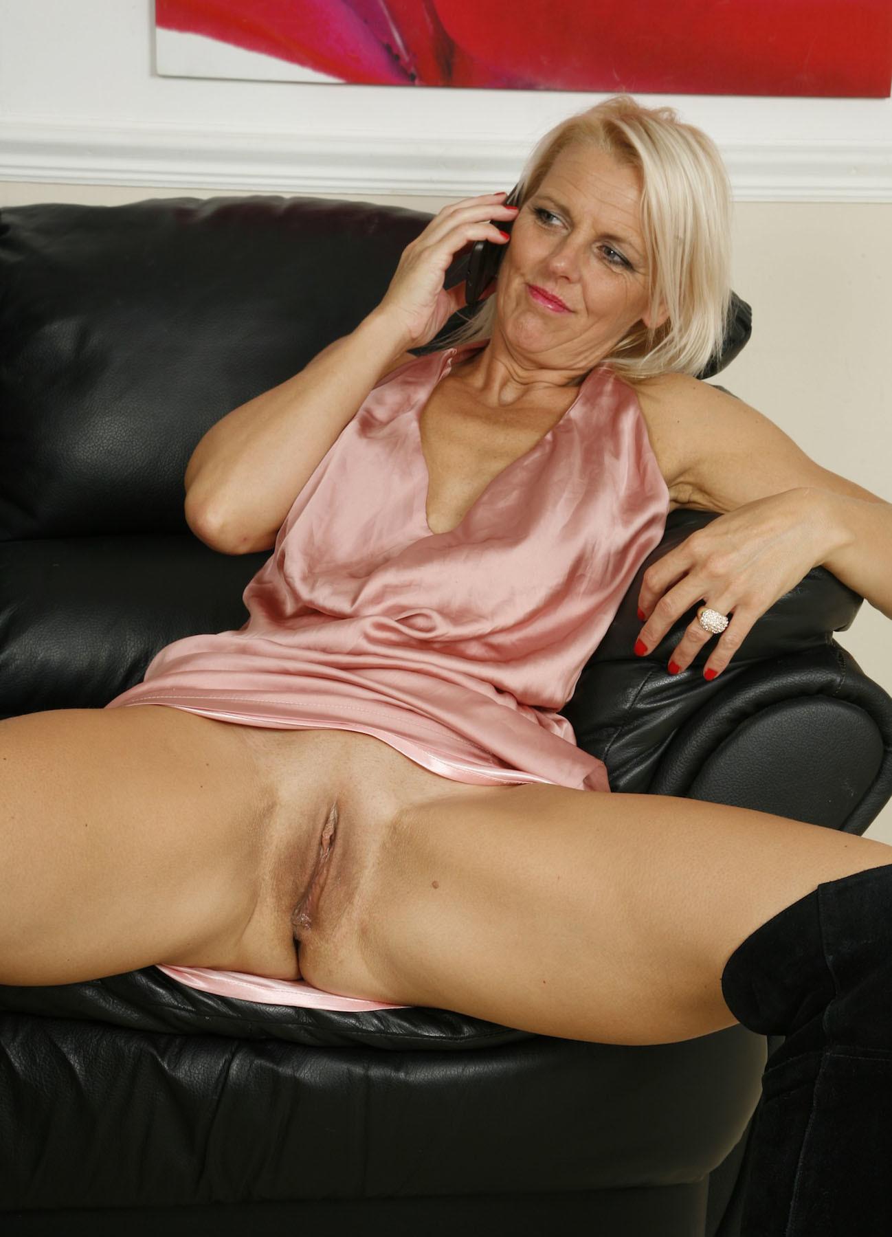 Блондинка занимается сексом по телефону