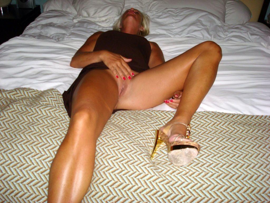 Пизда зрелой дамы в кровати