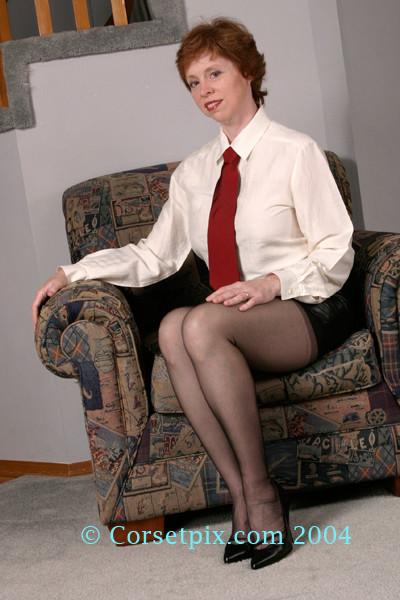 Рыжая женщина в кожаной мини юбке
