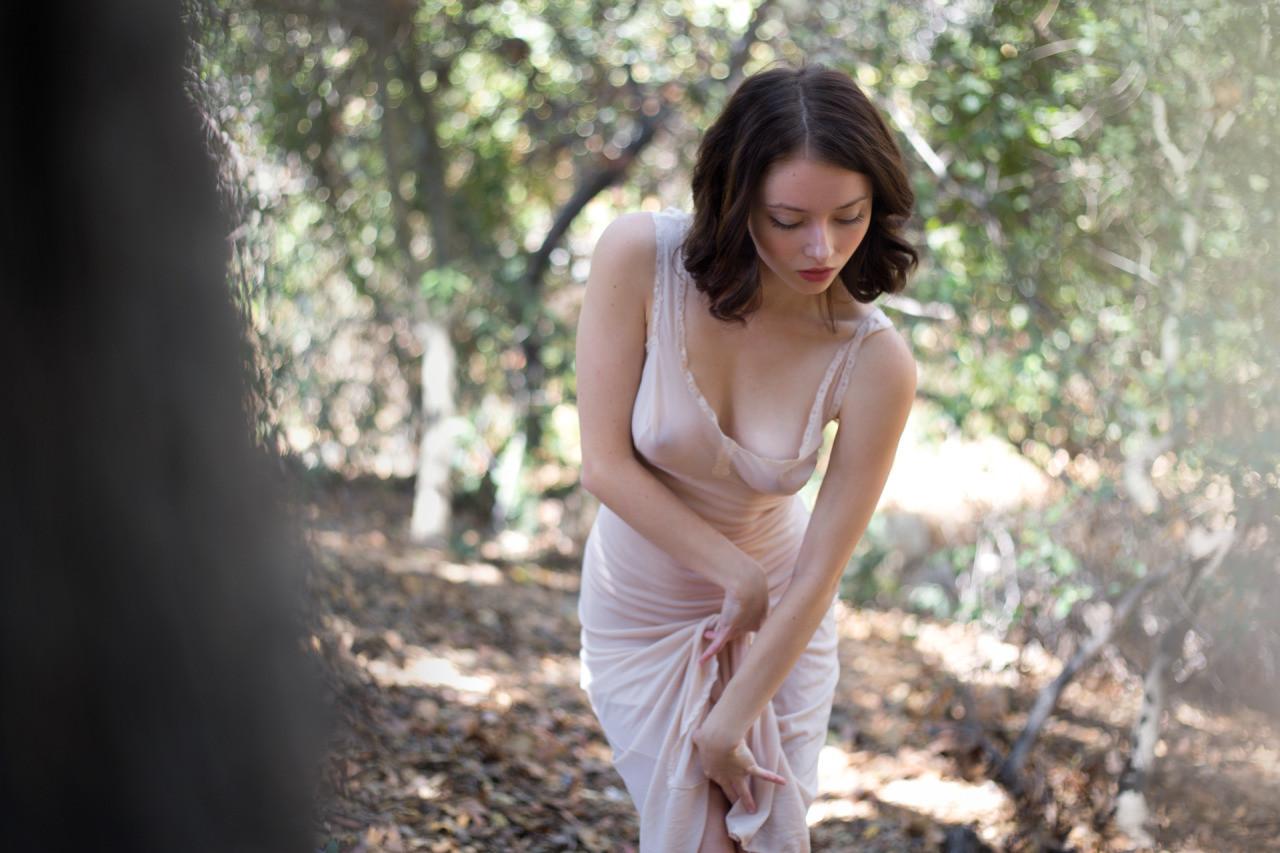 Милая Алина показала сиську в лесу