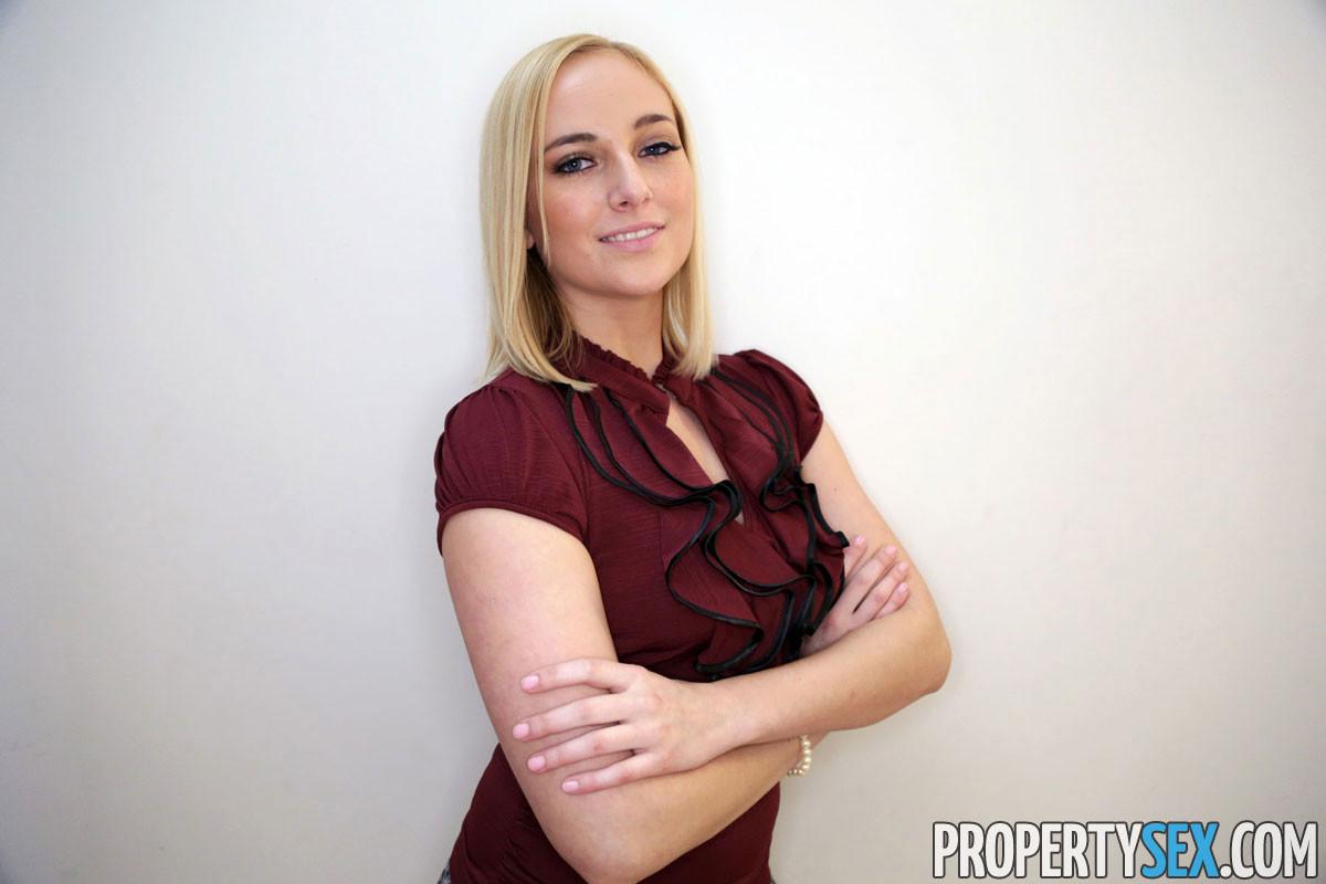 Блондинка Кейт в черных туфлях