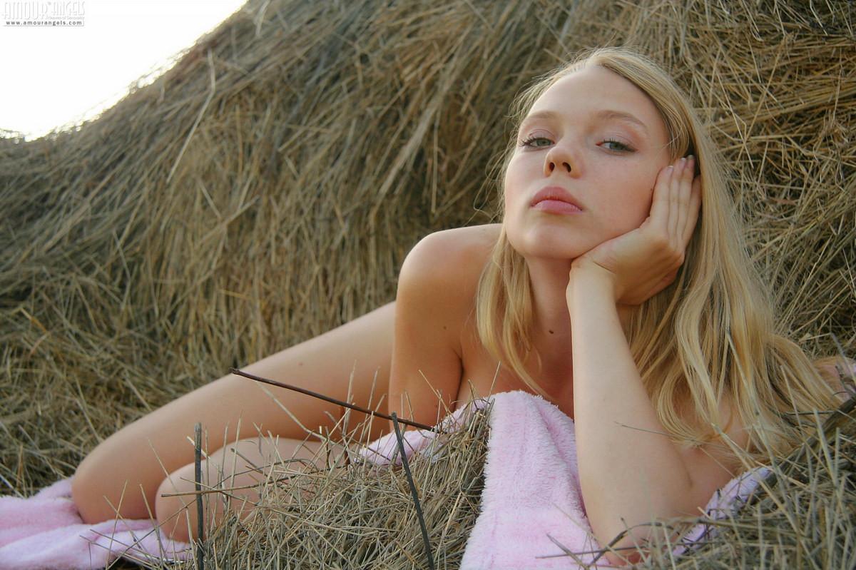 Молодая блондинка с пушком на лобке в стоге сена