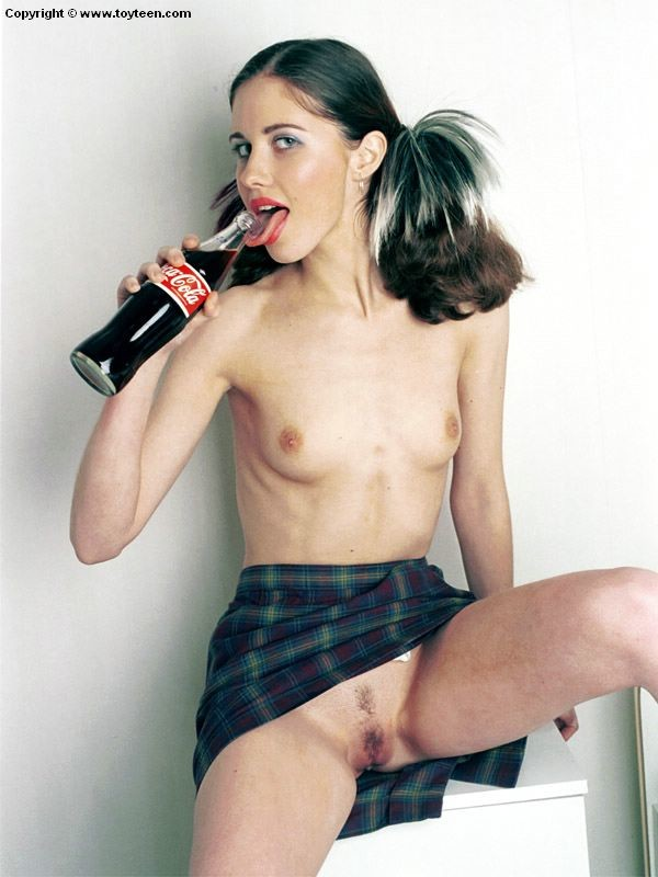 Молоденькая Синди трахает себя бутылкой кока-колы