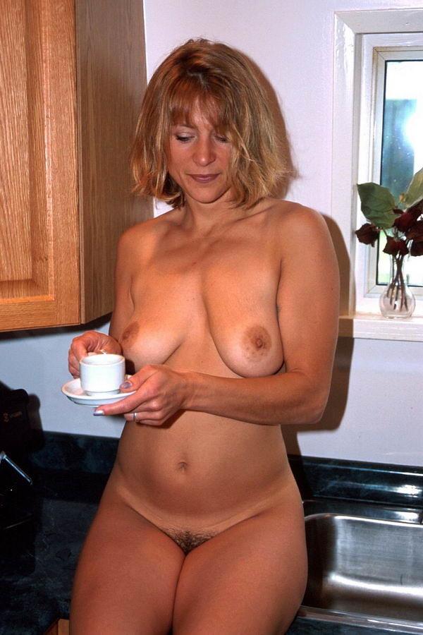 Жена готовит завтрак голая