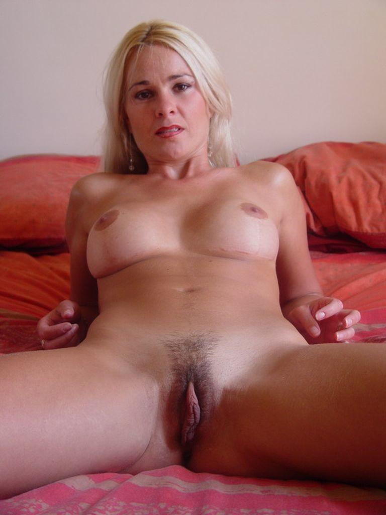 Блондинка эротично разделась