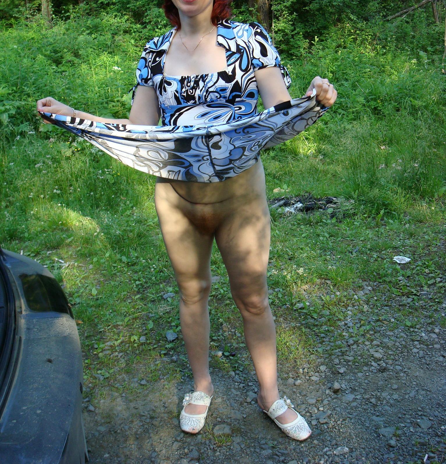 Жена сует в киску персик