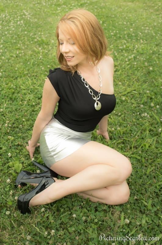 Скарлетт Мэдисон в серебристой юбке