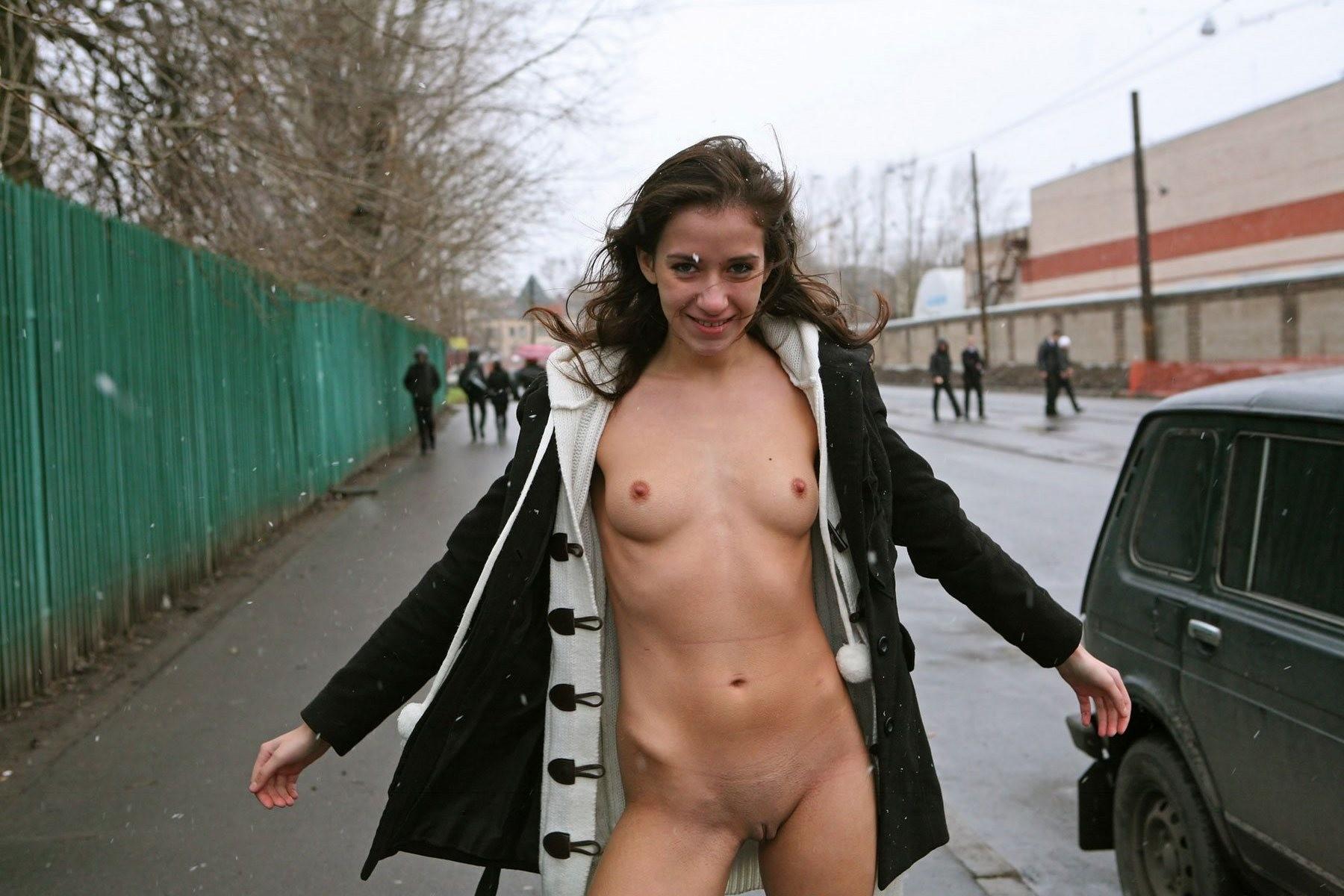 Елена гуляет полуголая по городу