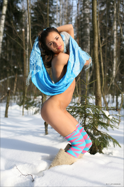 Голая брюнетка в валенках на снегу
