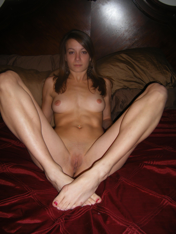 Голая молодка с длинными ножками