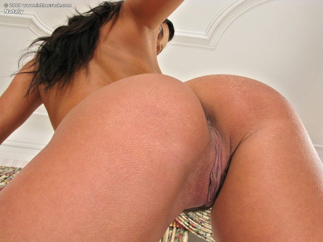 Длинноногая Натали села дыркой на секс игрушку