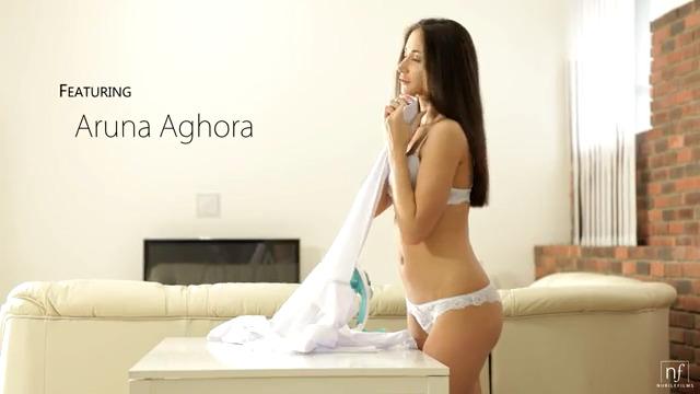 Нежный секс на диване с Aruna Aghora