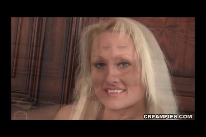 Зрелая блондинка выпускает сперму из пизды