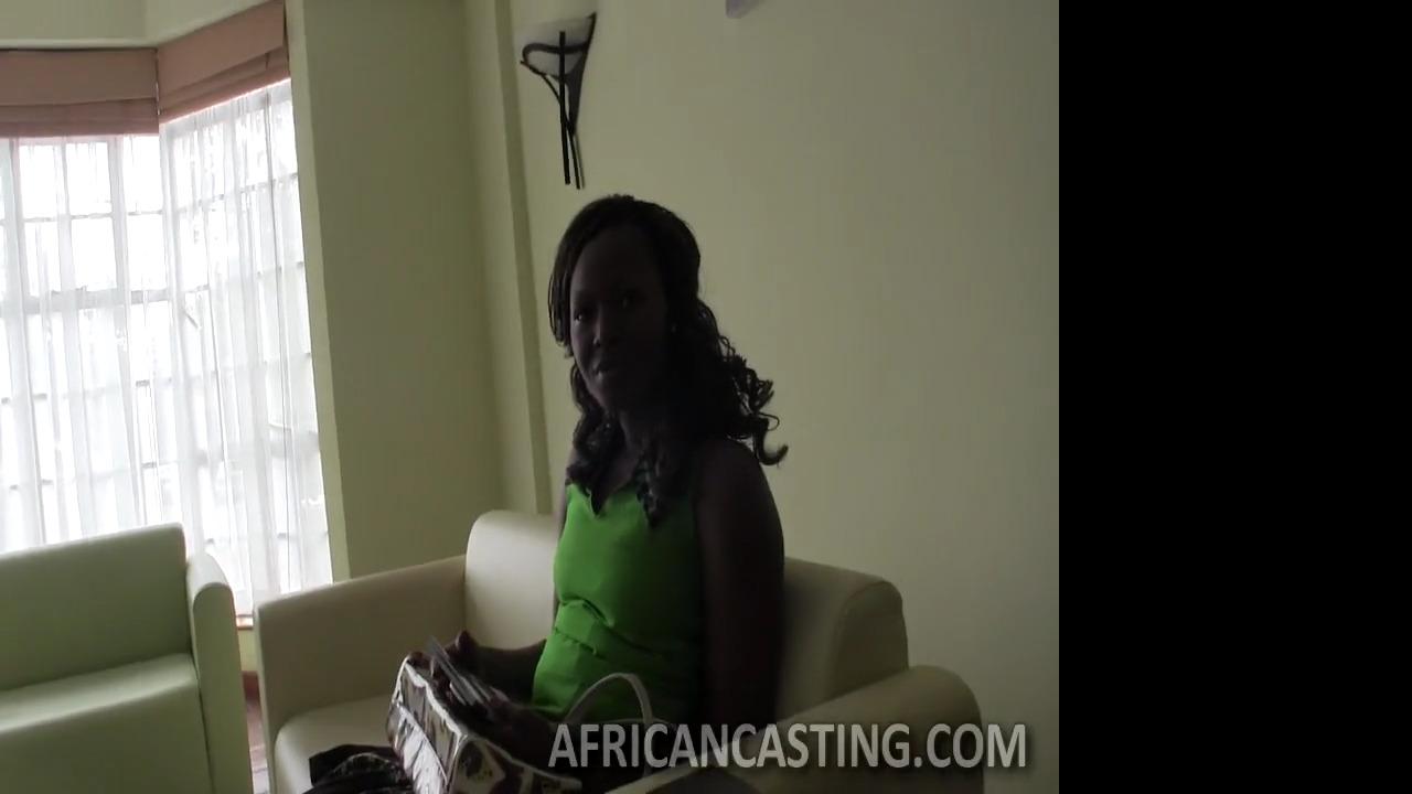 Африканская милфа с висячими сиськами проходит порно кастинг
