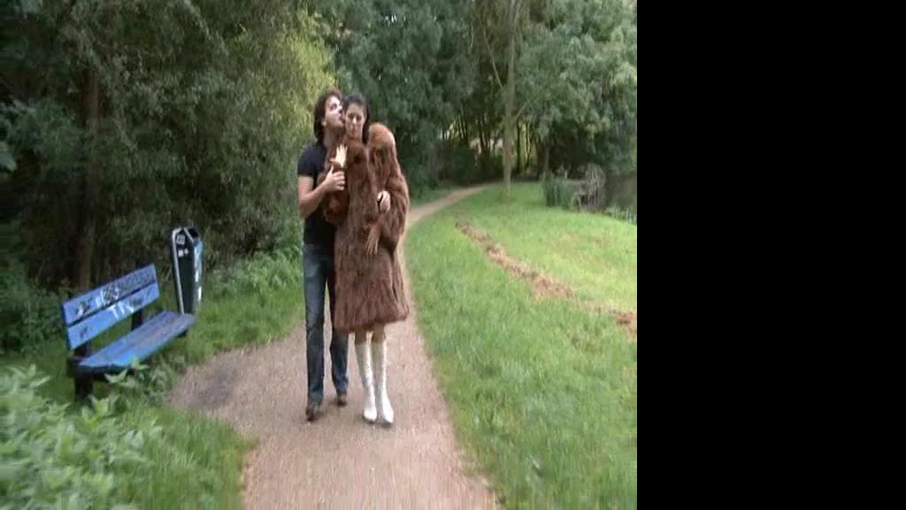 Оральный секс в парке с девушкой в шубе