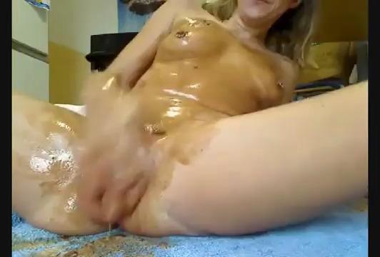 Женщина ласкает свою разъебанную дырку