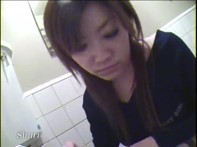 Две девушки писают в туалете 5