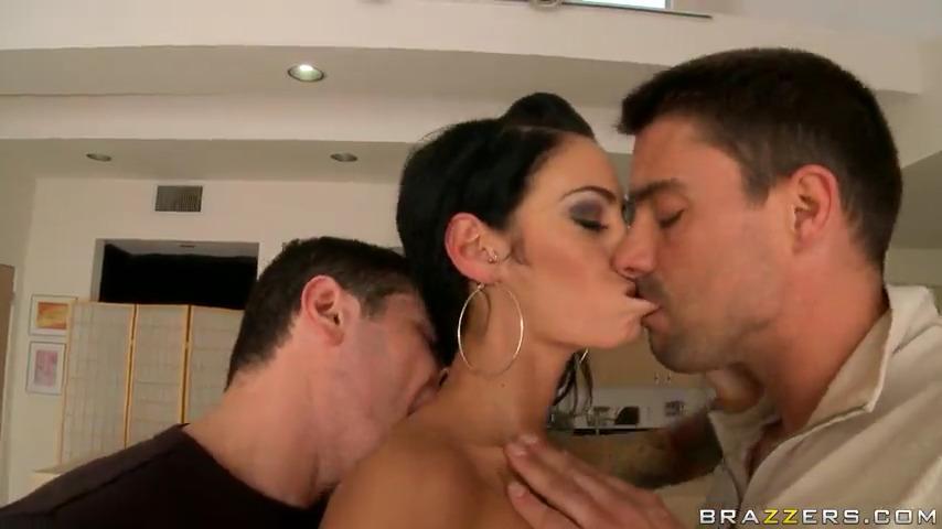 Два мужика грубо ебут красотку Angelina Valentine