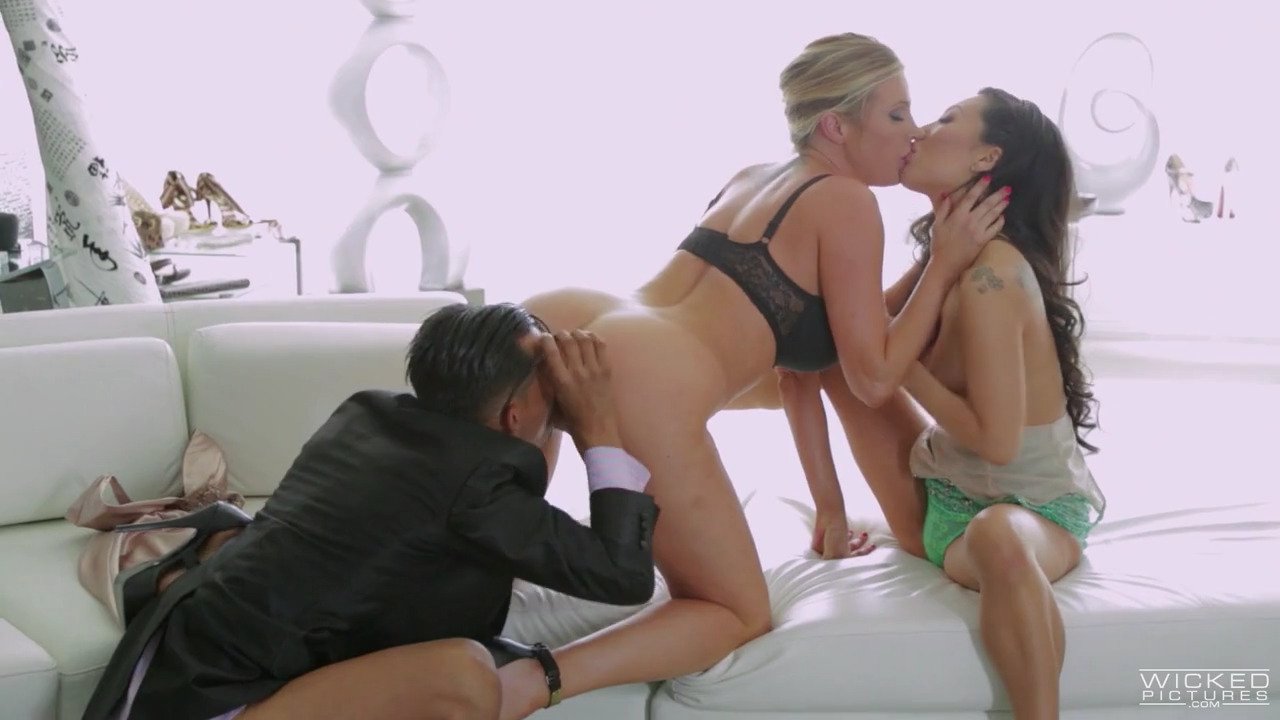 Asa Akira и Samantha Saint ублажают босса