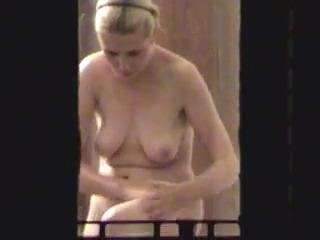 Подглядывает в окно за зрелой блондинкой