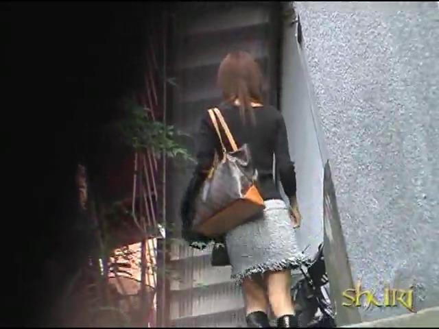Хулиганы снимают трусики с девушек на улице