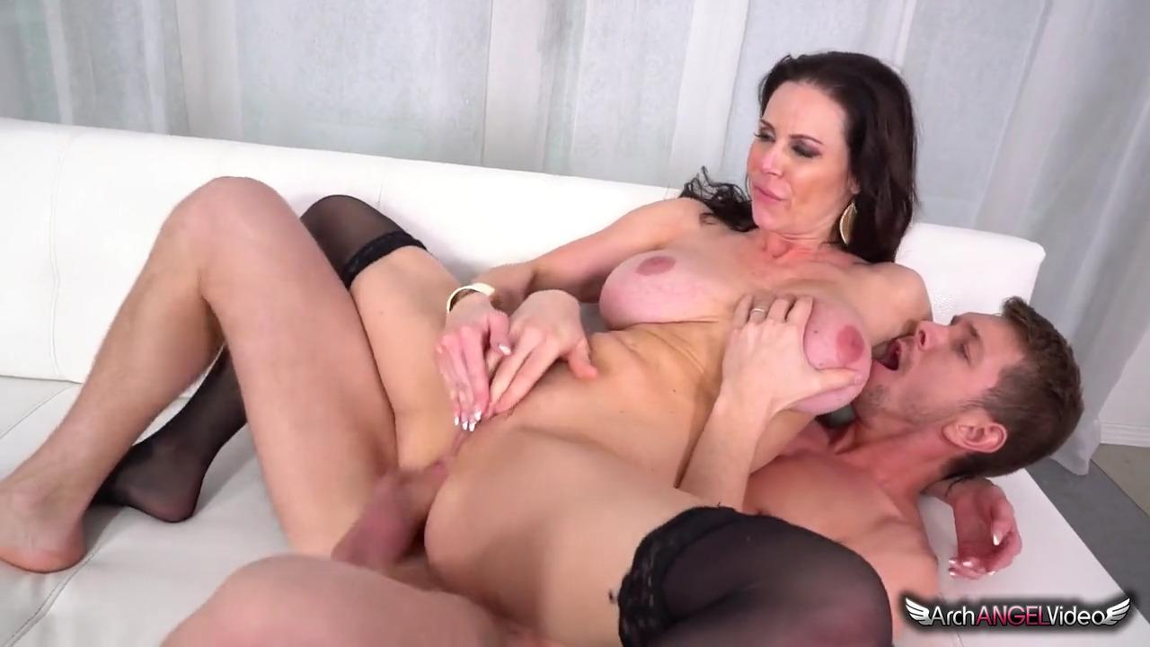 Двое мужчин ебут ненасытную Kendra Lust