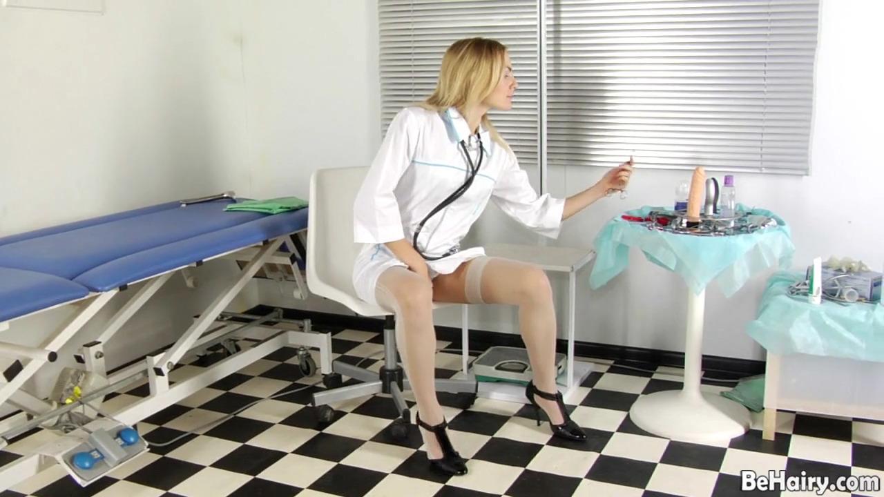 Медсестра ебет свою волосатую киску самотыком