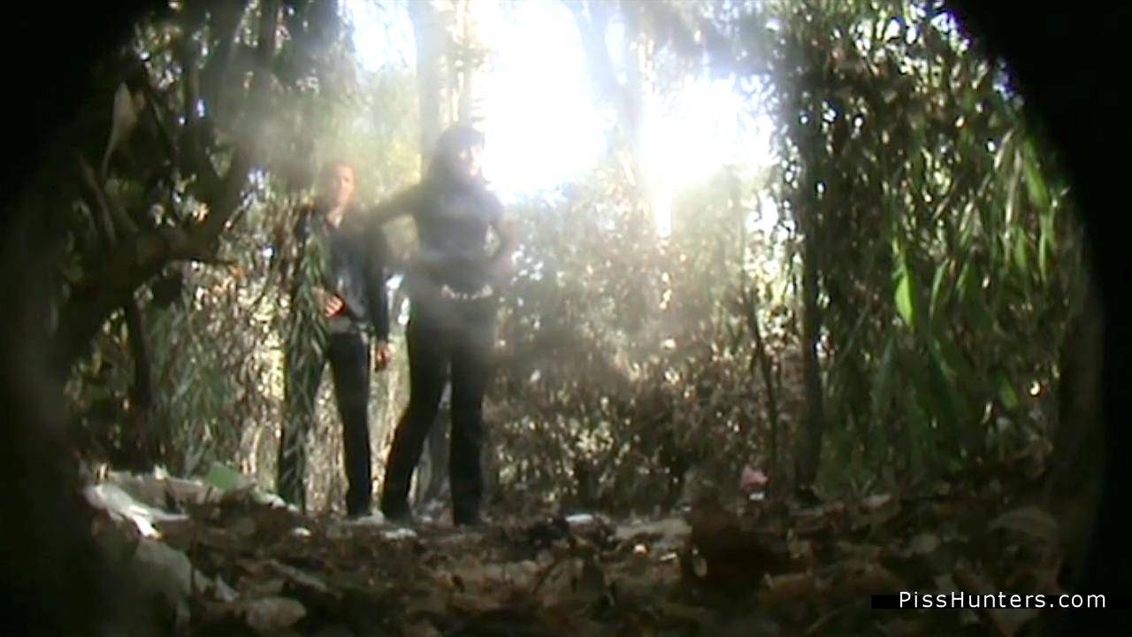 Муж охраняет жену пока она ссыт в лесу