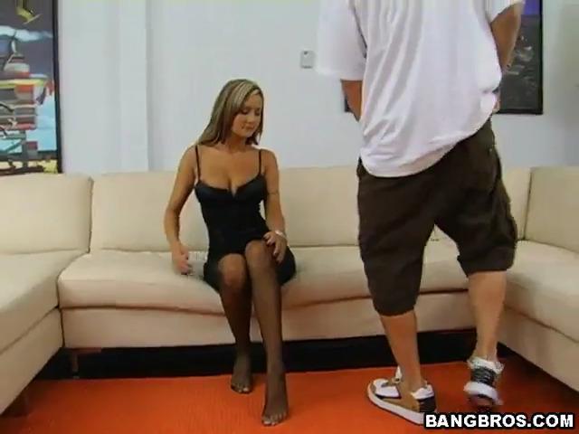 Amy Reid дрочит член своими красивыми ножками в колготках