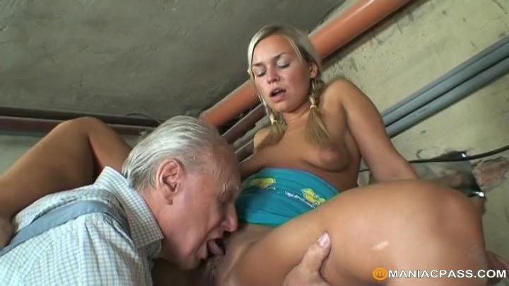 Старик ебал молодую блондинку в гараже и их застукала бабка