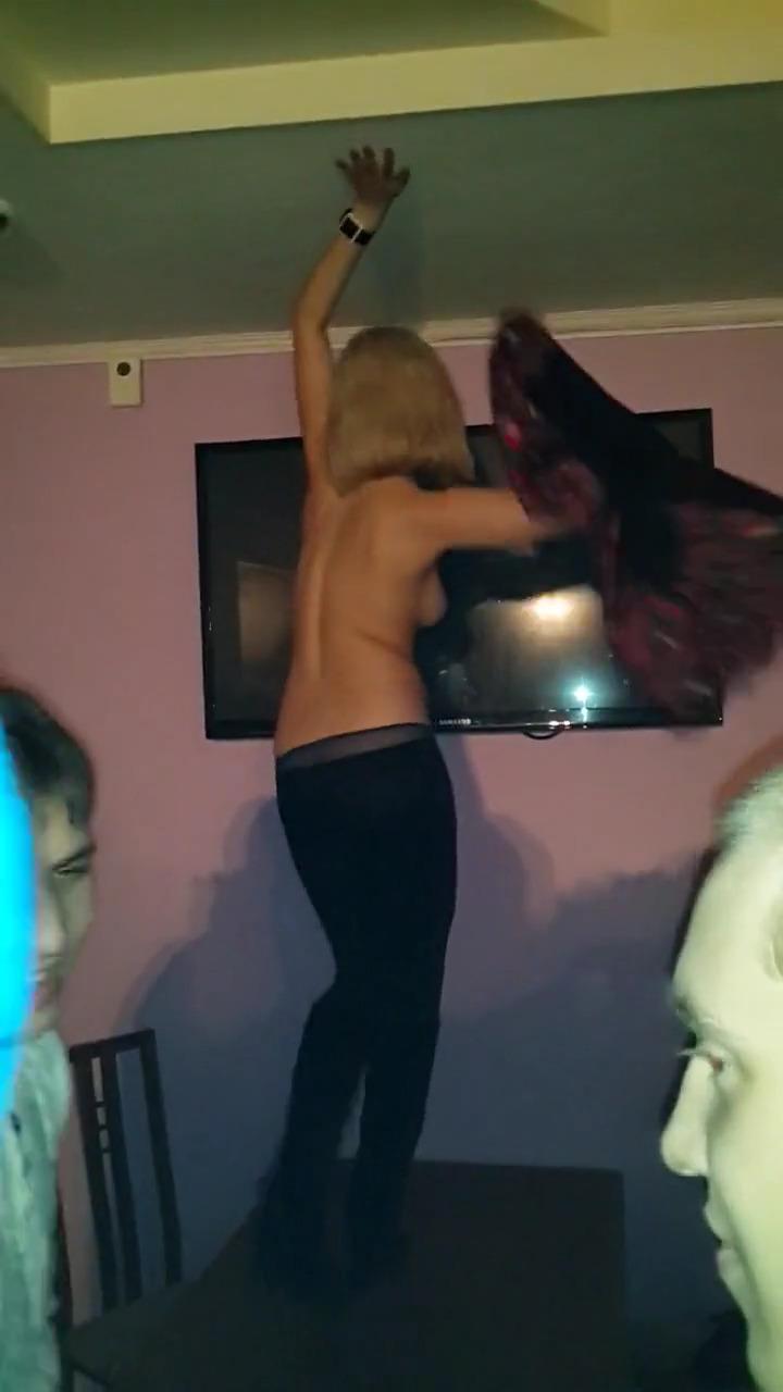 Пьяная девушка показывает сиськи в баре под дикие крики толпы