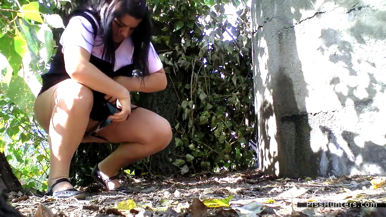 Жирная женщина ссыт в кустах за углом