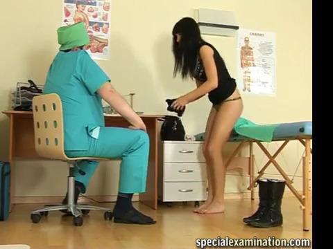 Жирный доктор тщательно обследуует брюнетку с гладко выбритой киской
